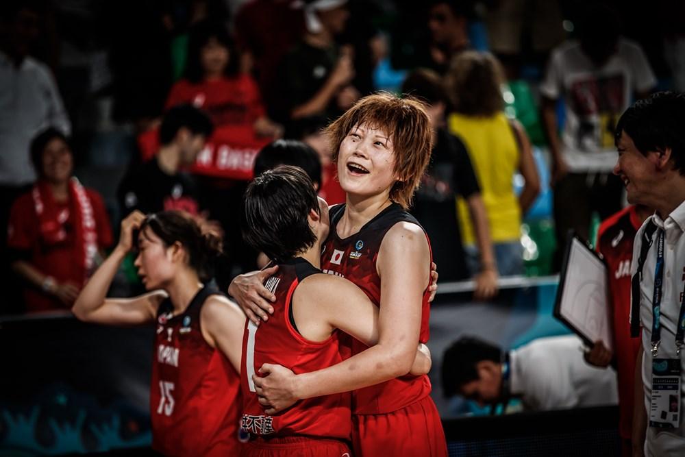 Maki Takada célèbre la victoire du Japon dans les bras de Manami Fujioka