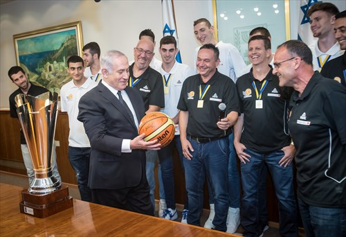 Israeli Prime Minster Benjamin Netanyahu receives a signed ball from the newly crowned FIBA U20 European champions