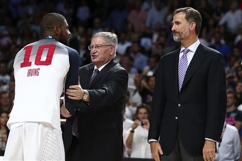 10 Kyrie IRVING (USA), Yvan Mainini (FIBA President) & King of Spain, Felipe VI
