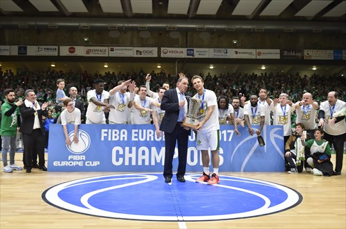 FIBA Europe Vice-President Cyriel Coomans presents the trophy to Nanterre captain Heiko Schaffartzik
