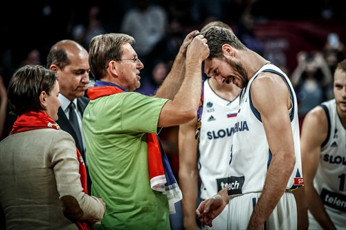 Miroslav Cerar, Prime Minister of Slovenia, presents Goran Dragic with the gold medal