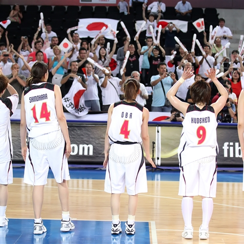 Fought until the last game, Japan players showed gratitude to their fans