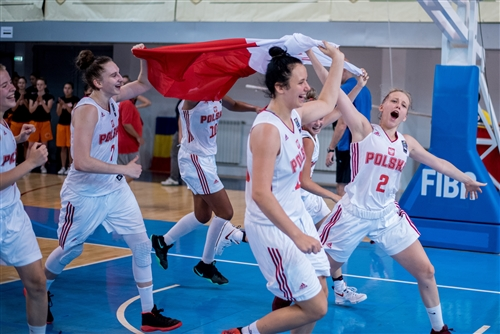 2 Aleksandra Wojtala (POL), 7 Anna Makurat (POL), Poland team celebrating the win of the gold medals of the competition