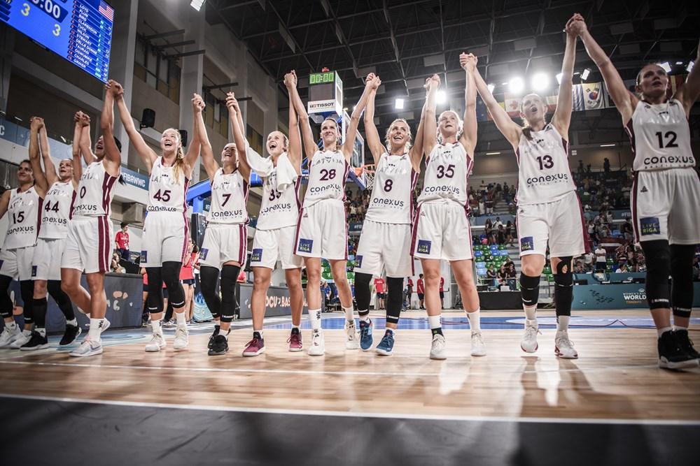 Les joueuses lettonnes en fête avec leur public malgré la défaite face aux États-Unis