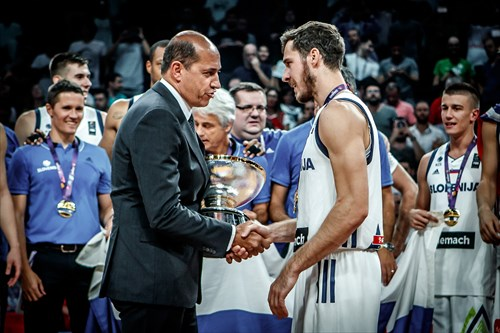 Turgay Demirel presents Slovenia captain Goran Dragic with the NIkolai Semashko Trophy