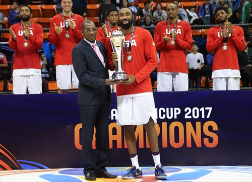 7 Reginald Williams Ii (USA), Usie Richards (President FIBA Americas)