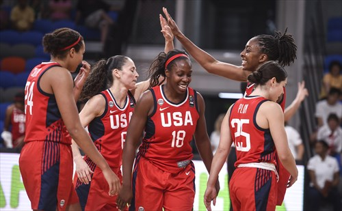 USA celebrates first victory, 18 Chelsea Gray (USA)