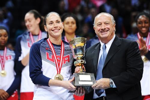 6 Sue BIRD (USA) & Horacio MURATORE (FIBA President)