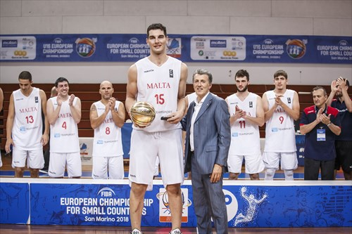 Roberto Berardi (Vice-President San Marino Basketball Federation) presents Samuel Deguara with the MVP award