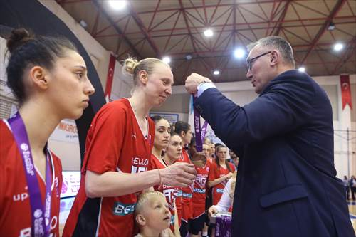FIBA Executive Director Europe presents Ann Wauters with the silver medal (photo: Ahmet Tokyay)