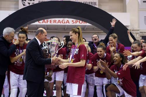 FIBA Europe President Turgay Demirel presents team captain Bahar Caglar with the trophy (photo: Ahmet Tokyay)