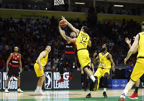 32 Vince Hunter (AEK), 6 Franco Balbi (FLA)