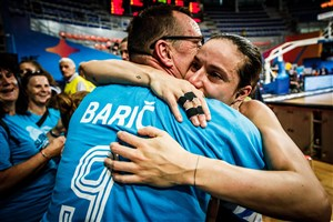 9 Nika Baric (SLO) with her father